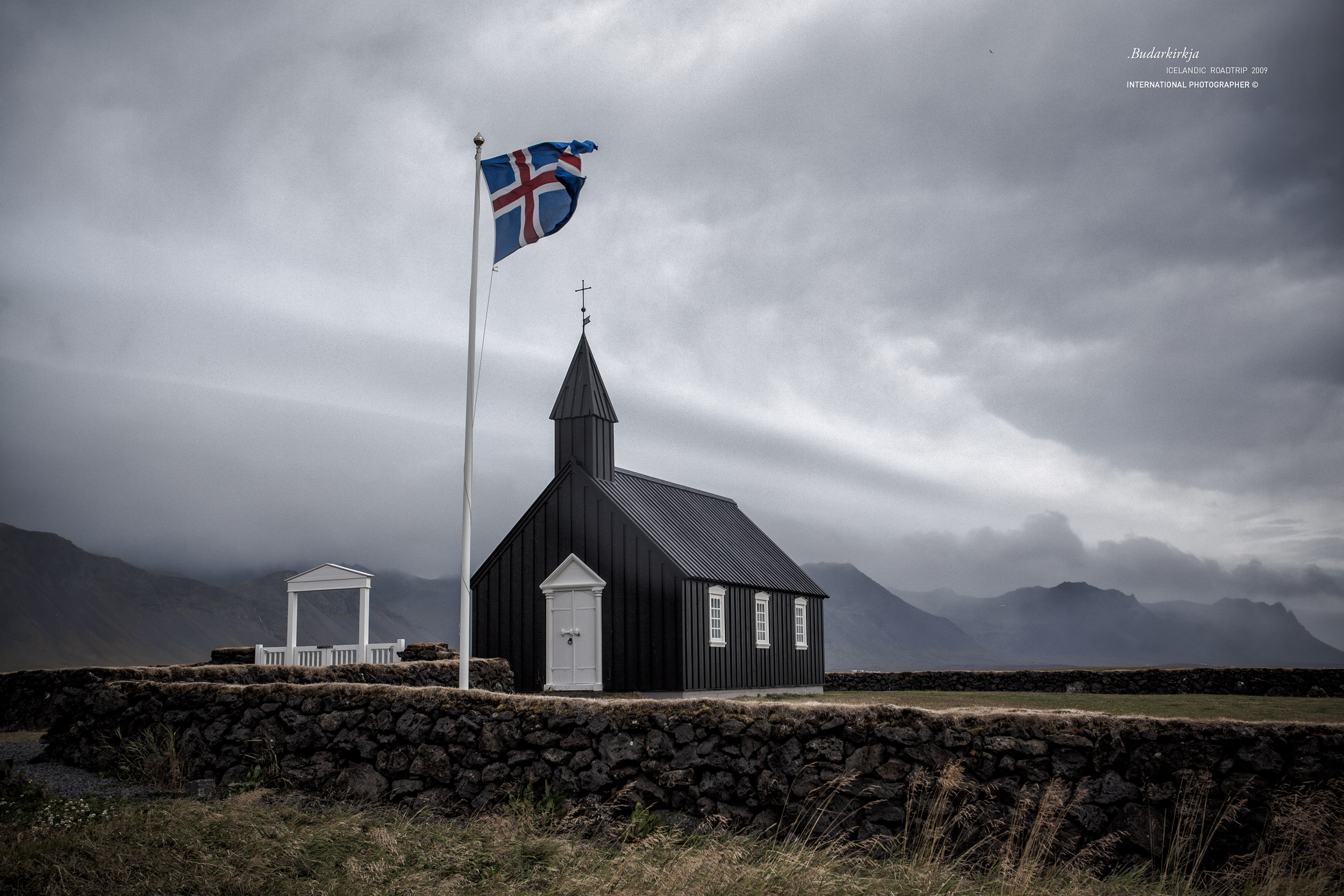 L'église noire de Budir avec son drapeau islandais
