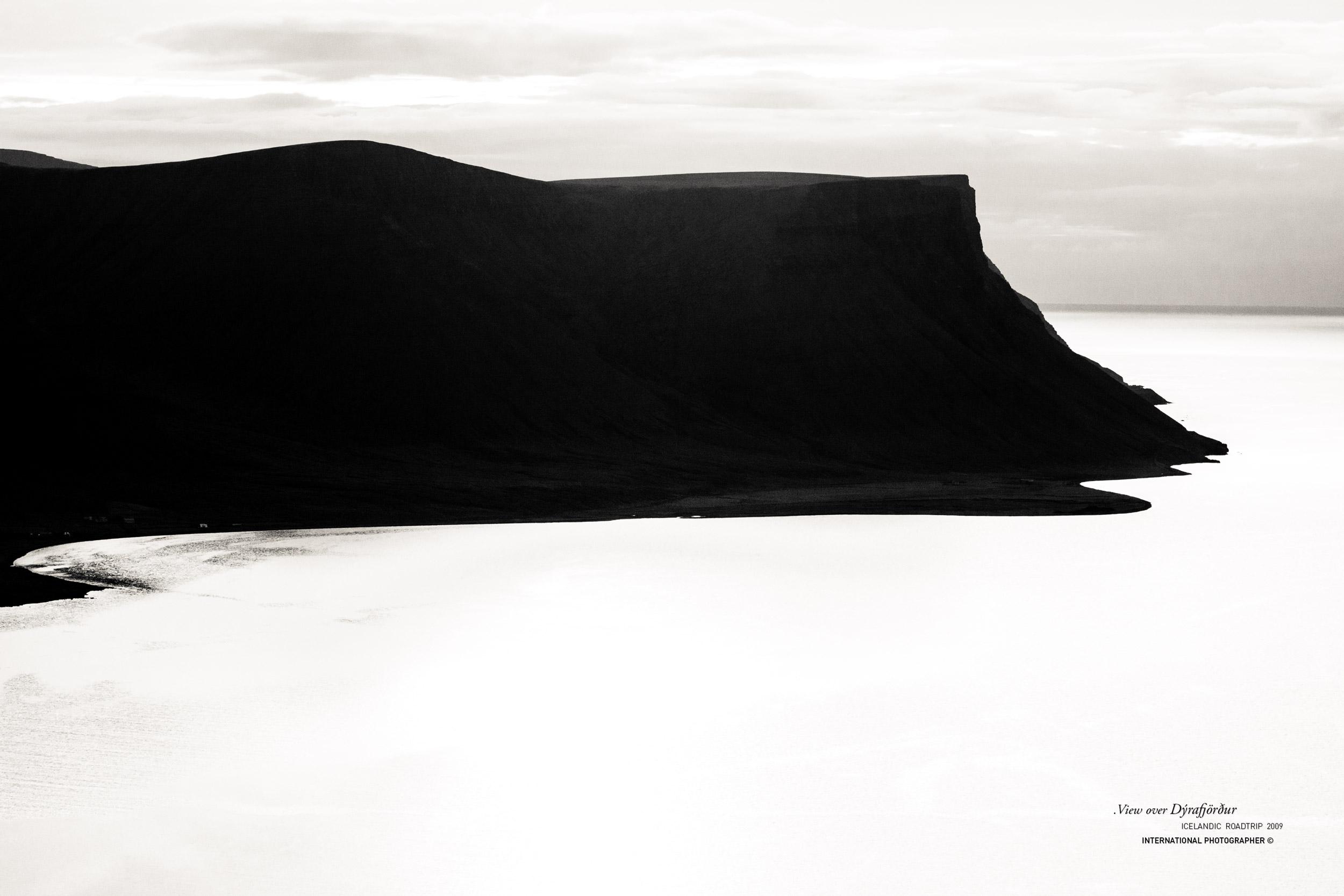 Montagne tabulaire à contre-jour dans le Dyrafjordur