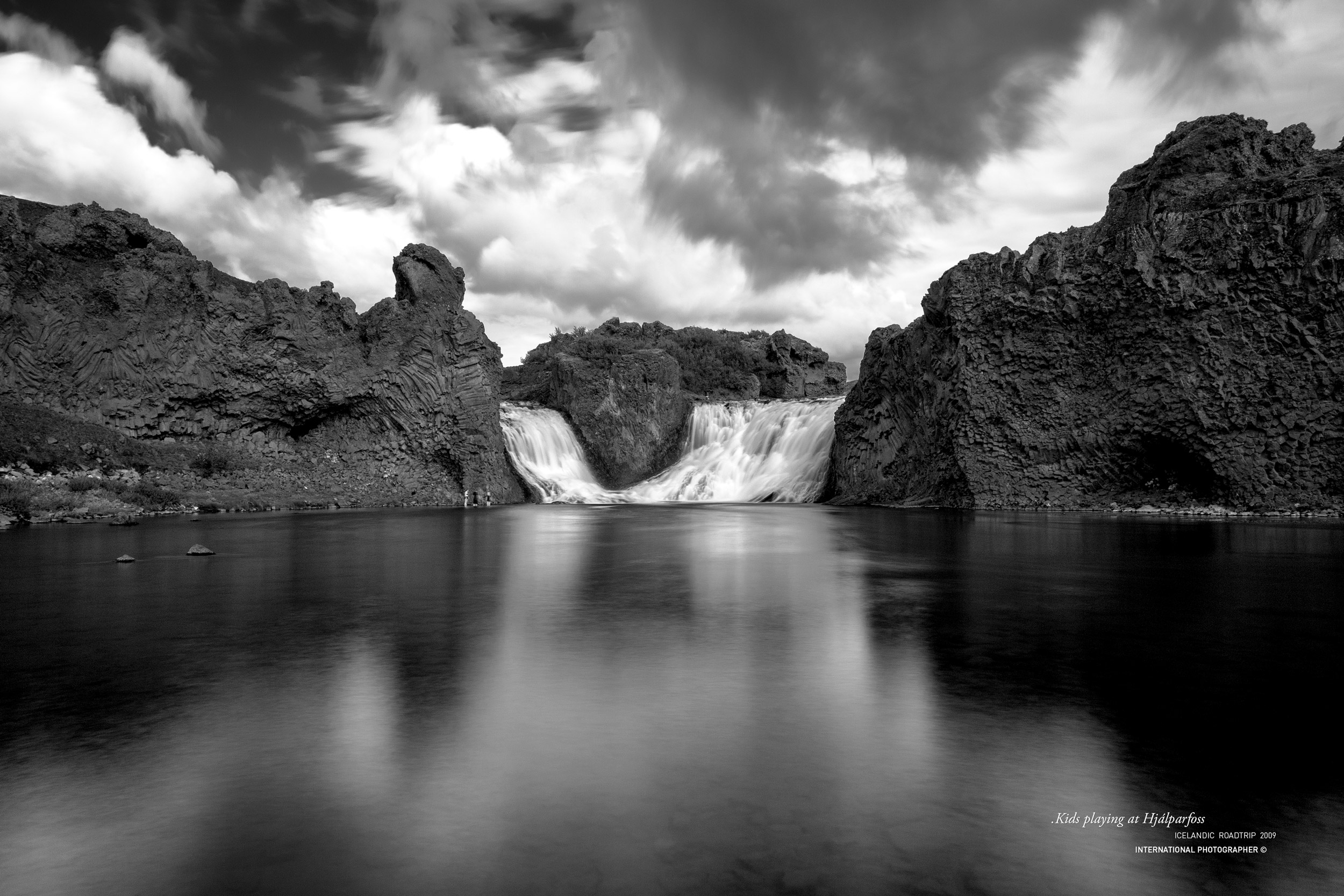 La chute Hjalparfoss en noir et blanc