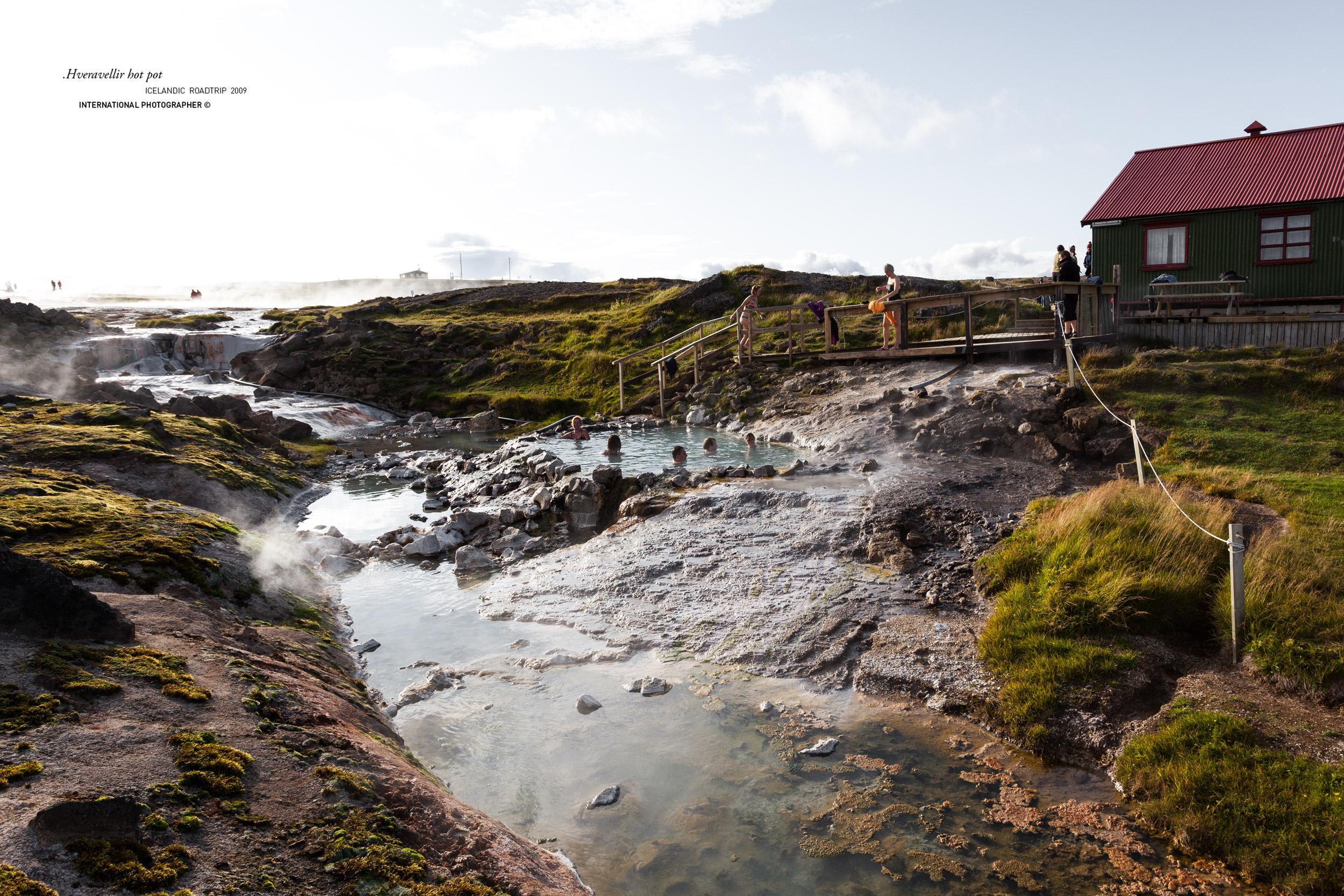 Personnes se baignant dans un hot pot dans les sources chaudes de Hveravellir