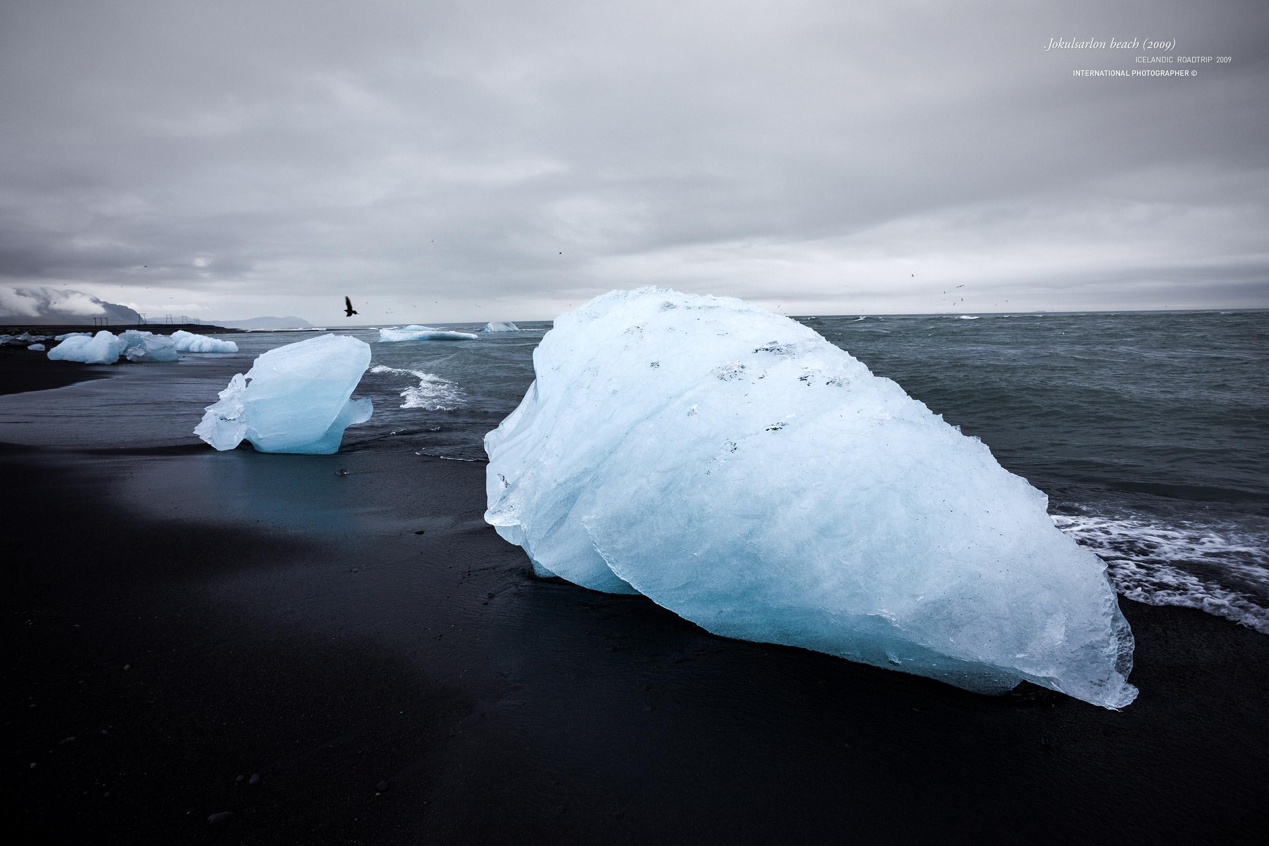 La glace sur la plage noire du Jokulsarlon