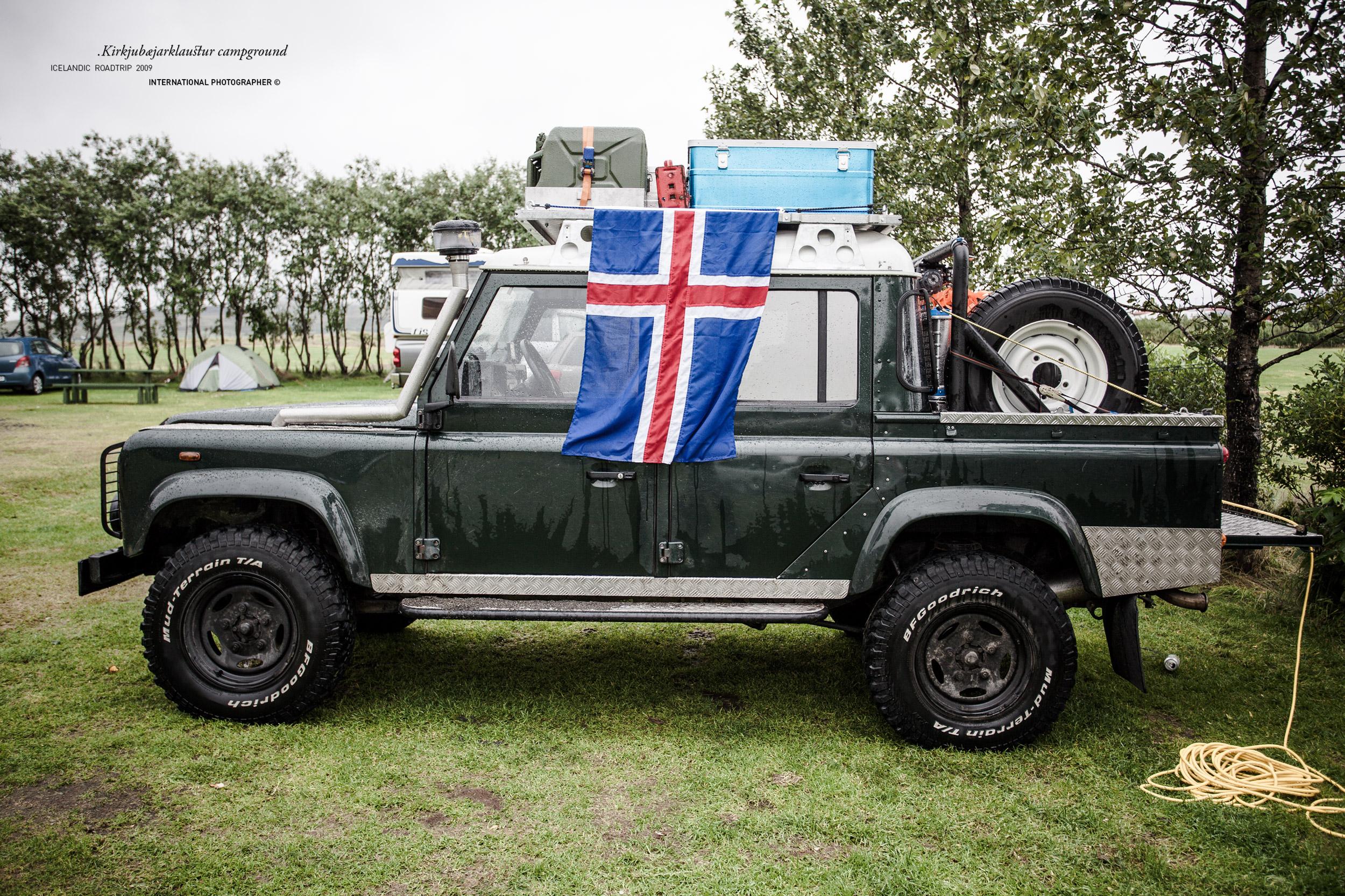 Land Rover avec le drapeau islandais au camping de Kirkjubæjarklaustur