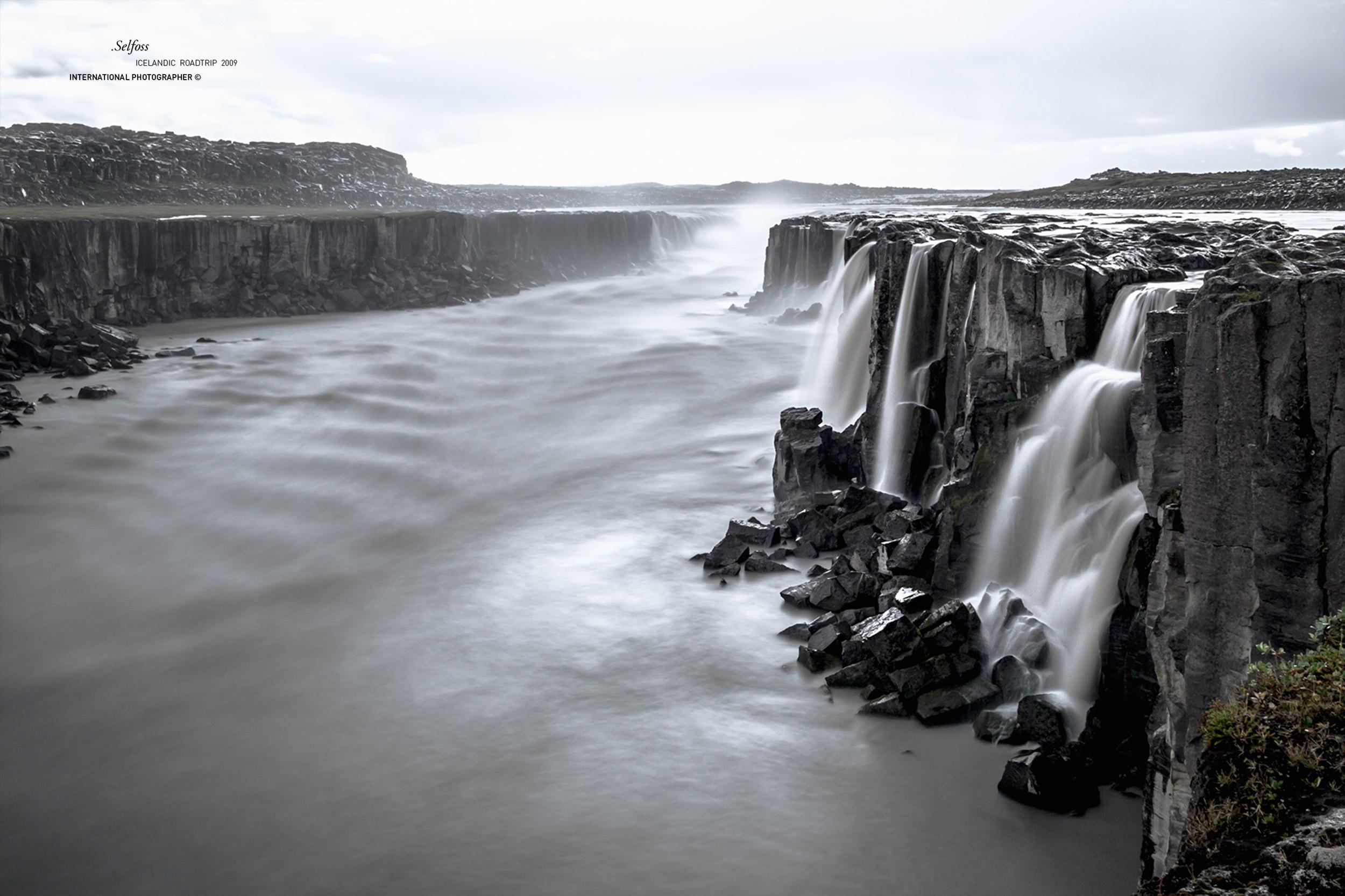 La chute Selfoss en noir et blanc