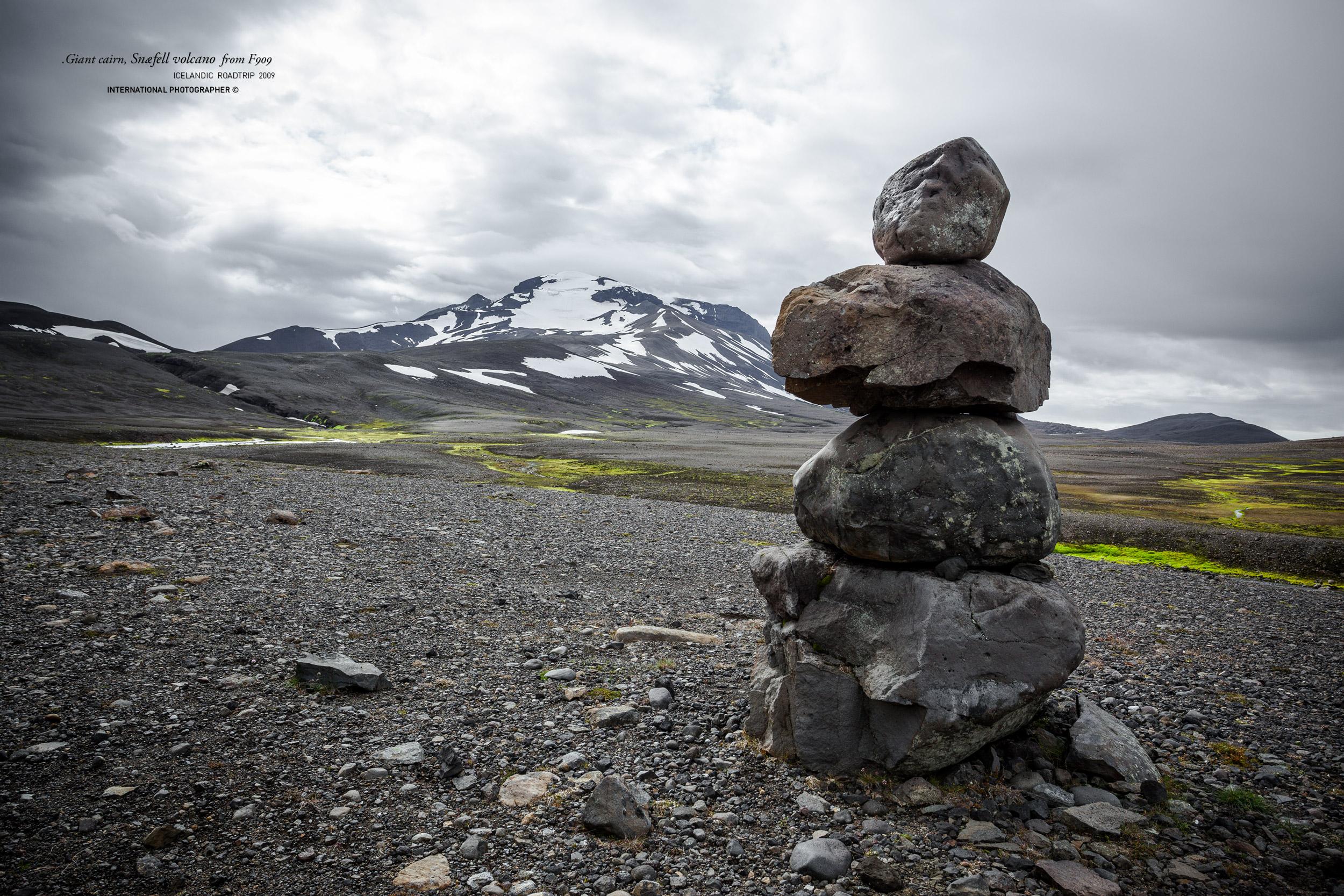 Un cairn géant devant le volcan Snaefell
