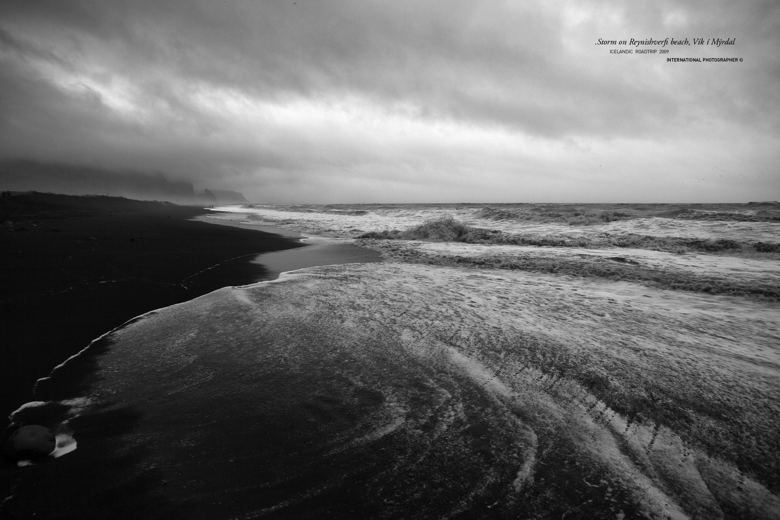 La plage de Vik en Noir et Blanc dans la tempête