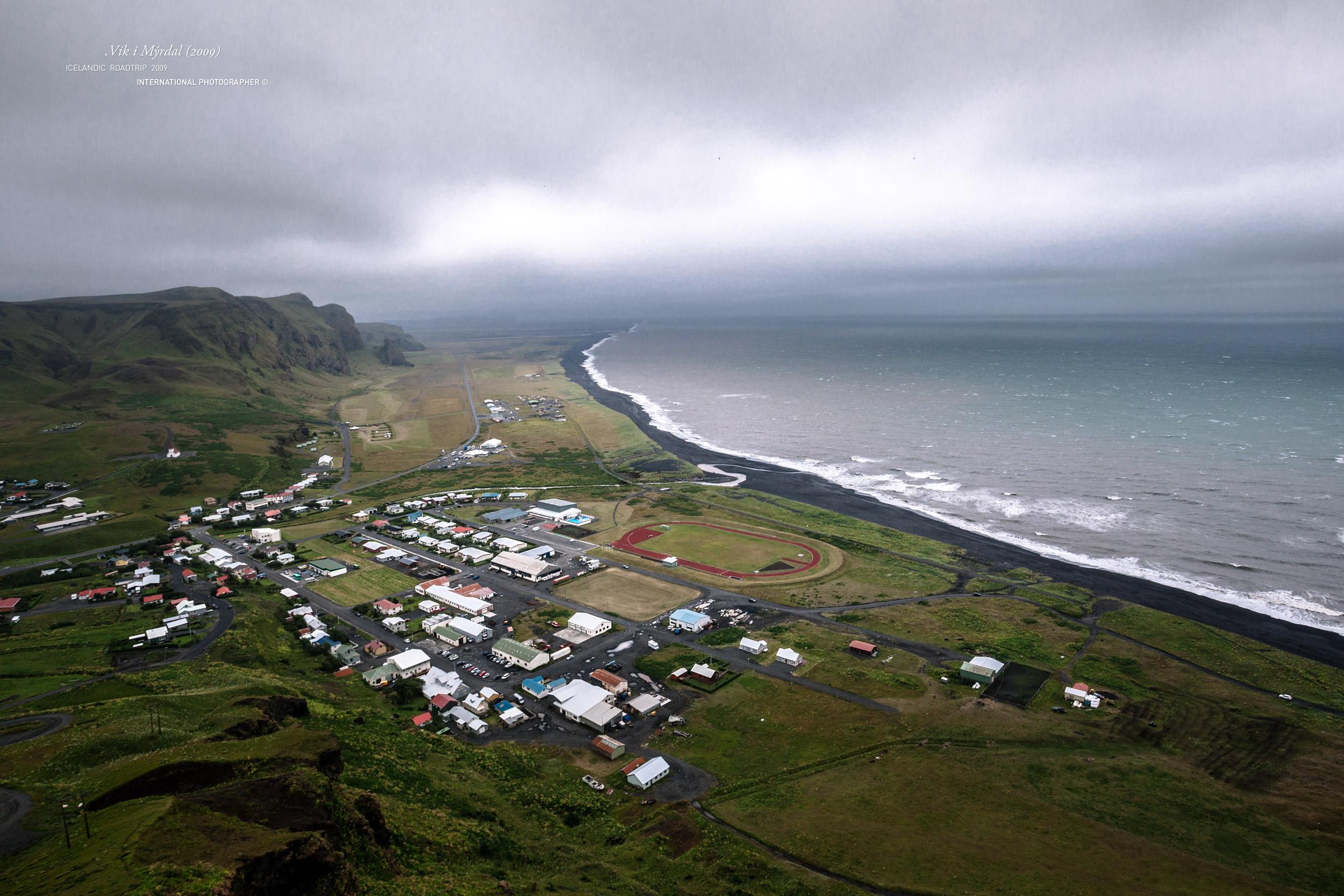Le village de Vik et son stade vu depuis la colline