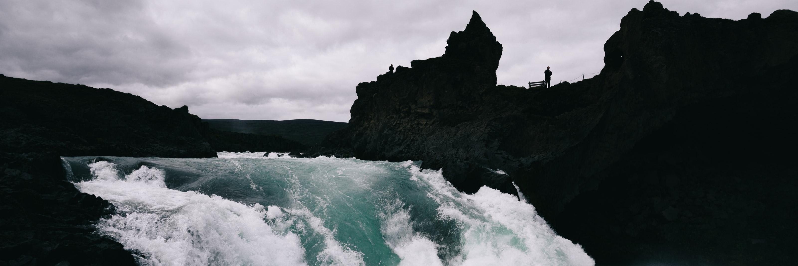 Image sommaire RÉCIT ISLANDE 2009 PARTIE 2. Silhouette près de la chute Godafoss.