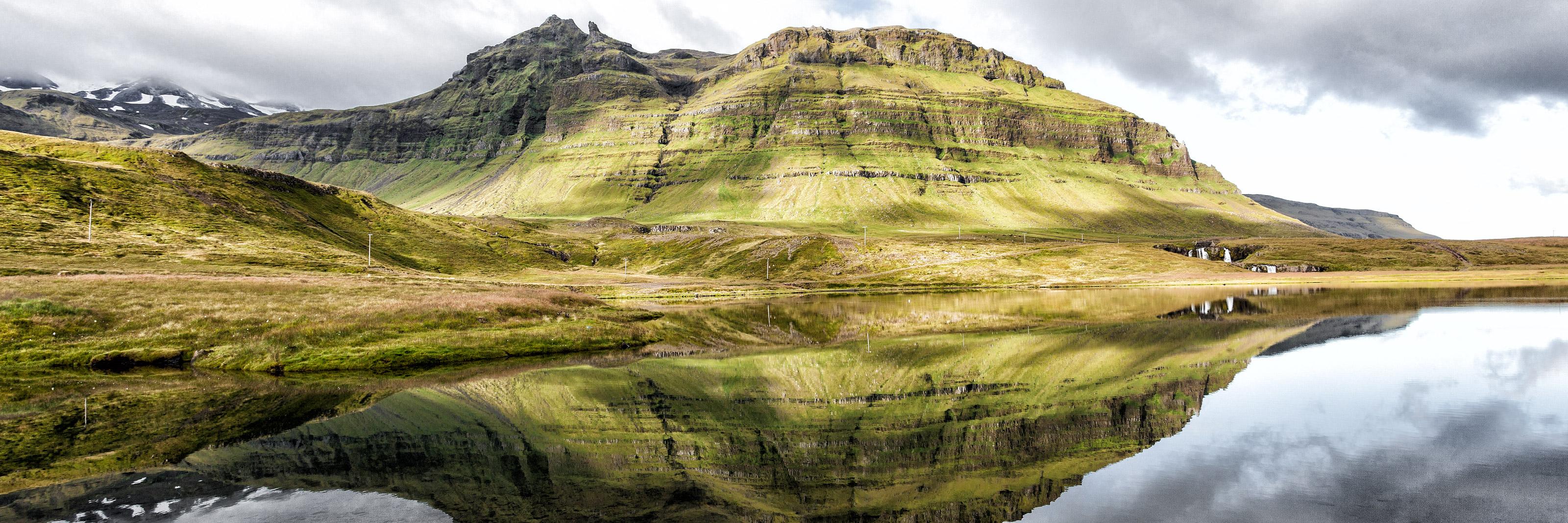 Image sommaire RÉCIT ISLANDE 2009 PARTIE 3. Reflet dans le lac devant la montagne Kirkjufell.