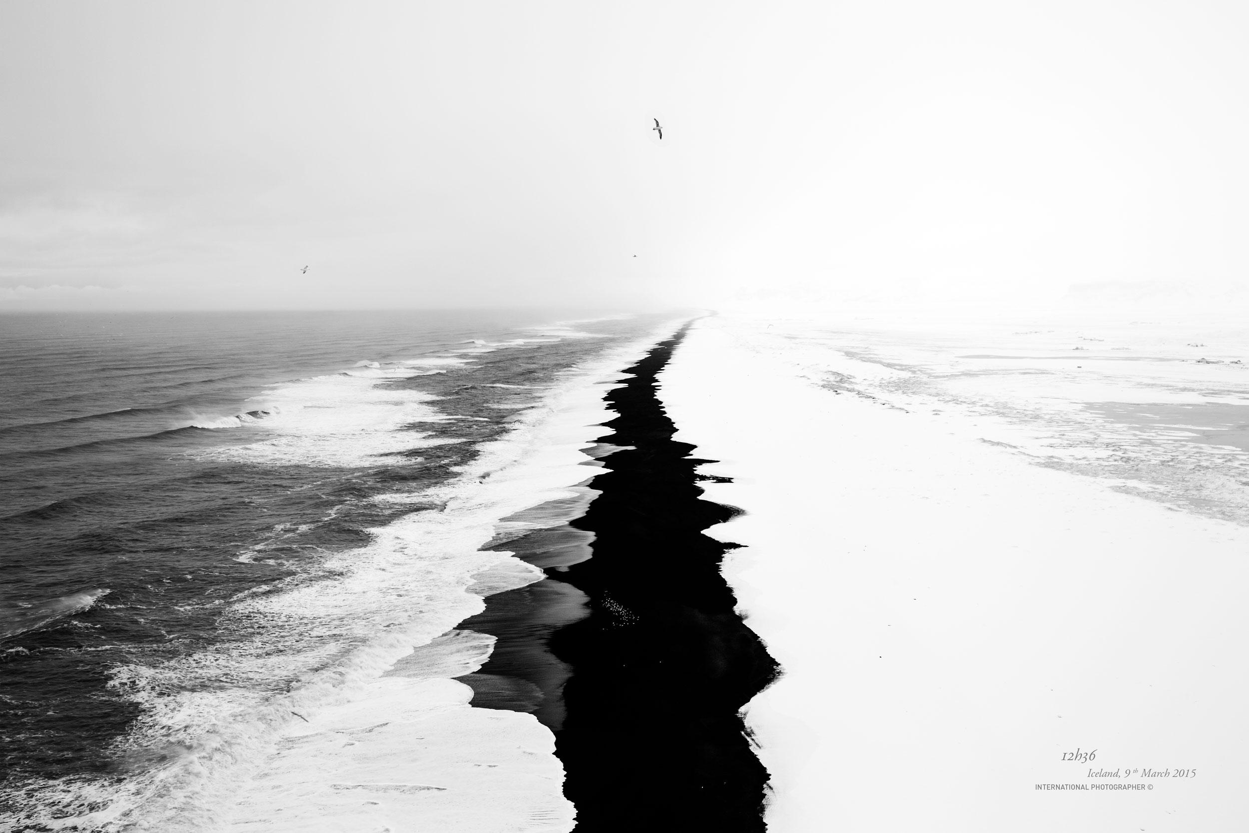 Vue sur la plage recouverte de neige