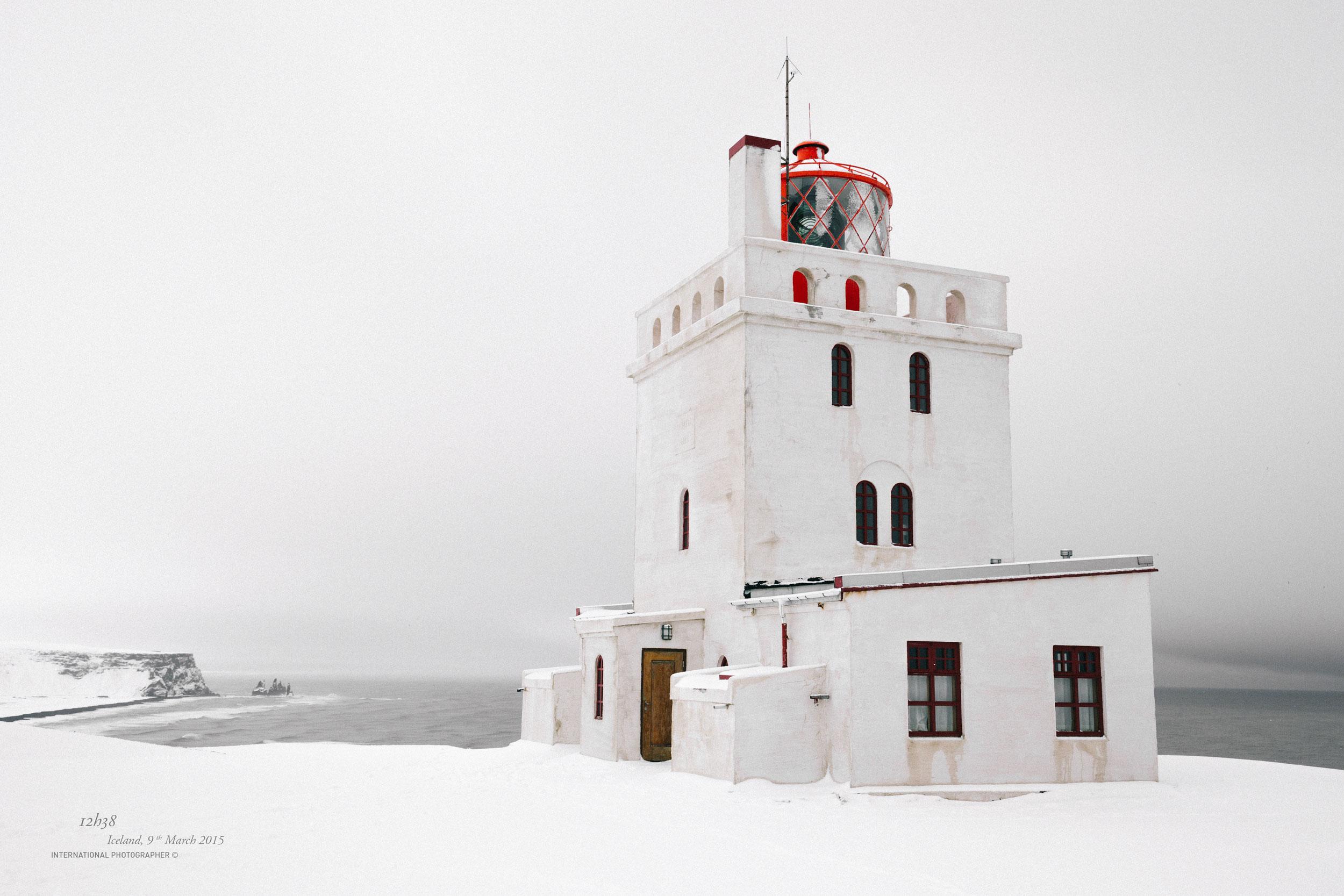 Le phare de Dyrholaey sous la neige