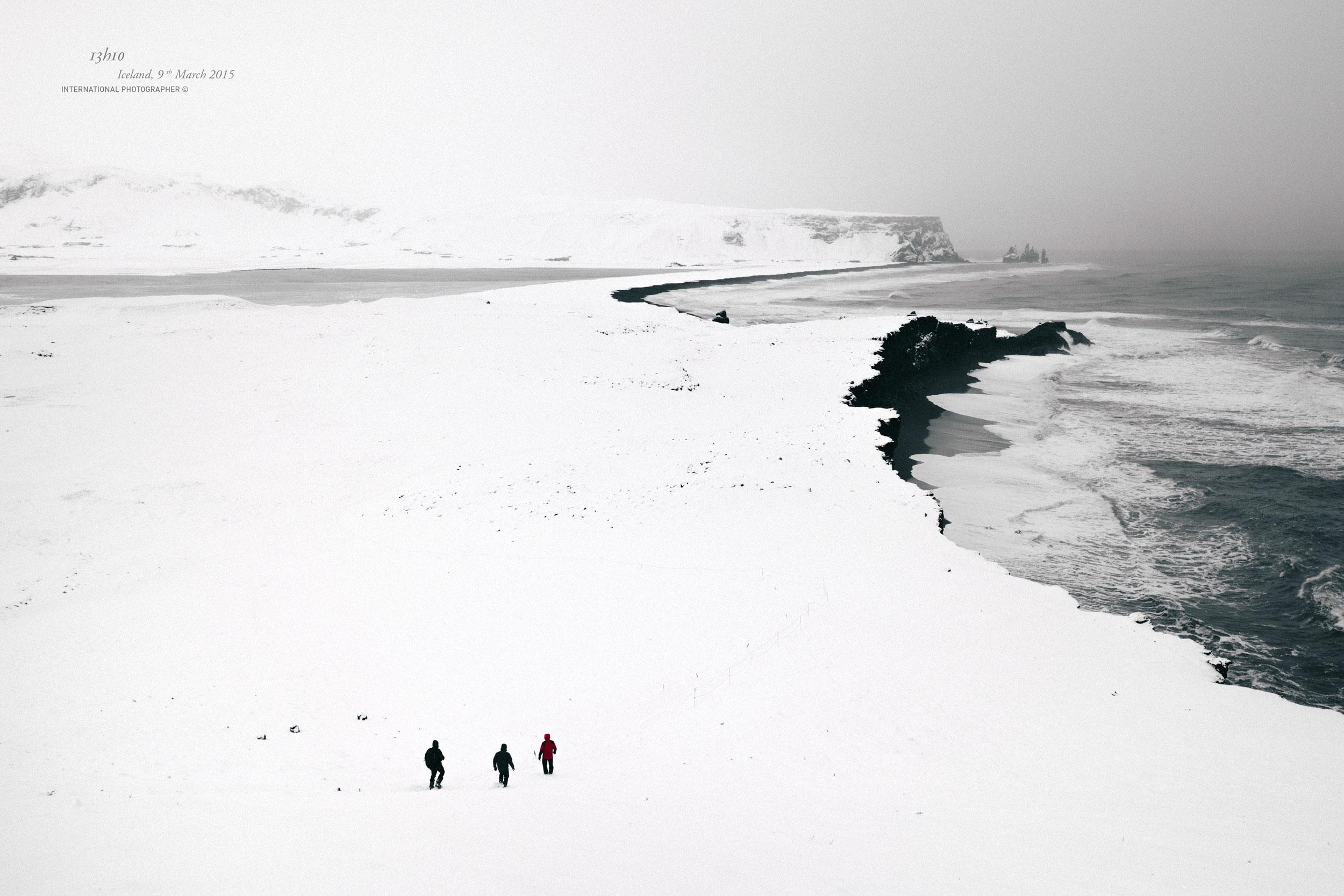 3 randonneurs descendent la colline de Dyrholaey