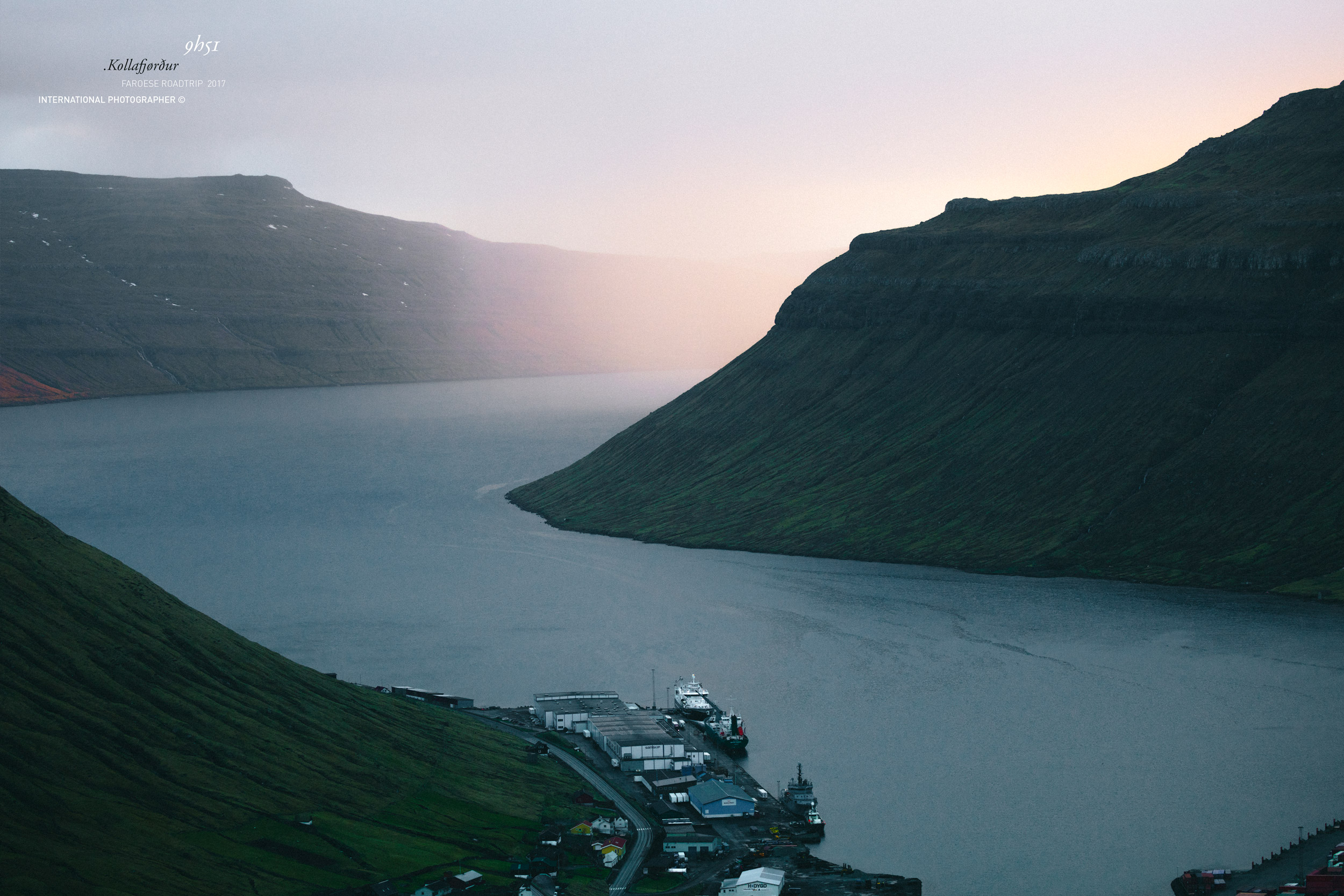 La lumière remplie le fjord Kollafjørður